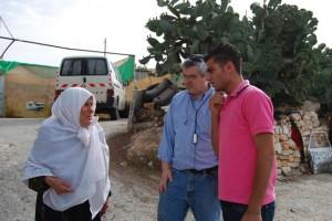 חיפוש לפניניות בכפר ערבי
